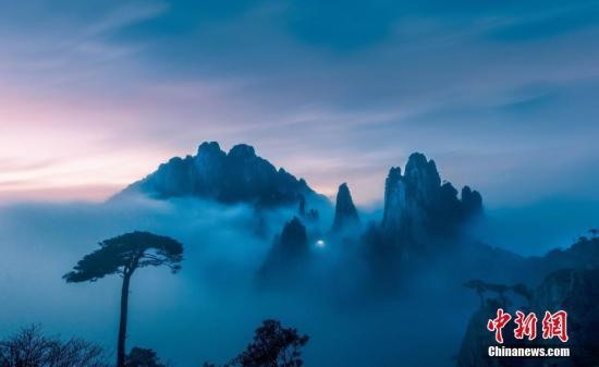 材料图:雾岚覆盖的三浑山。郑小仄 摄