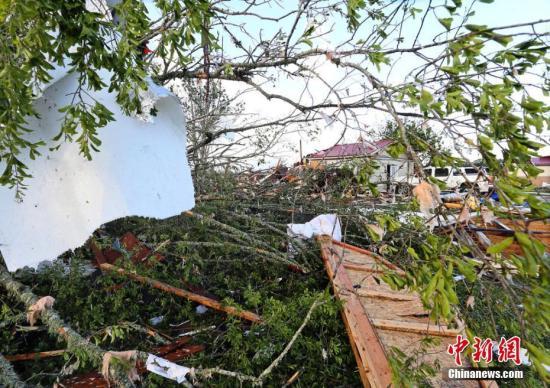 当地时间2019年4月14日,美国密西西比州,强风暴过境密西西比州汉密尔顿,狂风刮断树木摧毁房屋,一片狼藉。 图片来源:东方IC 版权作品 请勿转载
