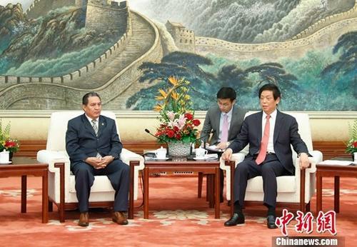 4月15日,全国人大常委会委员长栗战书在北京人民大会堂会见萨尔瓦多国民议会第一副议长奥兰特斯。中新社记者 杜洋 摄