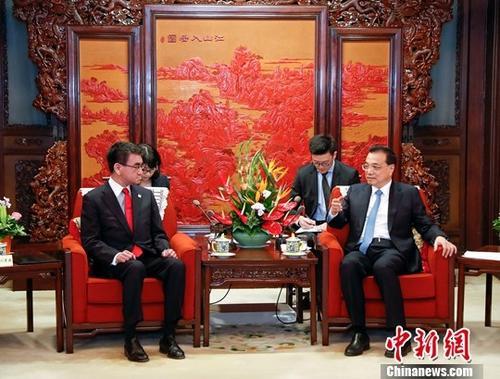 4月15日,中国国务院总理李克强在北京中南海紫光阁会见出席第五次中日经济高层对话的日本外相河野太郎以及部分日本政府内阁成员。中新社记者 刘震 摄