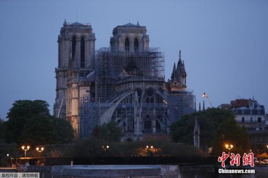 当地时间4月16日,经过消防队员连续几个小时的努力,大火已得到有效控制,大教堂屋顶被烧毁。