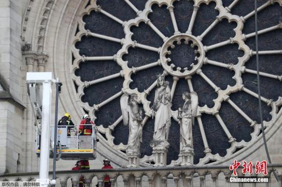当地时间4月16日,法国消防人员在巴黎圣母院顶部检查,防止复燃。4月15日晚,巴黎圣母院发生大火,持续燃烧数小时,数百名消防员全力扑救。