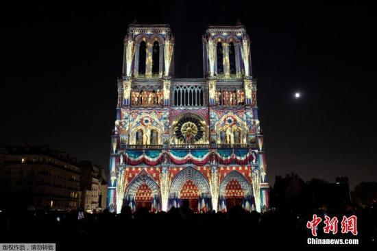 """资料图:2018年10月20日,巴黎圣母院举行了一场名为""""圣母院""""的灯光秀,作为一战百年庆典的一部分。"""