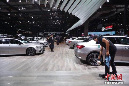 4月16日,第十八届上海国际汽车工业展览会在国家会展中心(上海)正式开幕,本届车展集中展示了世界汽车工业的创新发展成果,来自全球20个国家和地区1000余家知名车企齐聚上海,集中角力。张亨伟 摄