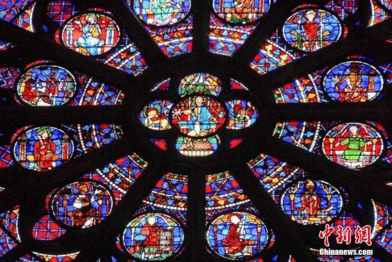 巴黎圣母院大火发生后,教堂内的三个大玫瑰窗的命运一度引起法国媒体担心。当地时间16日上午,巴黎圣母院大教堂发言人对法国媒体确认玫瑰窗幸免于难。文字来源:澎湃新闻 图片来源:东方IC 版权作品 请勿转载