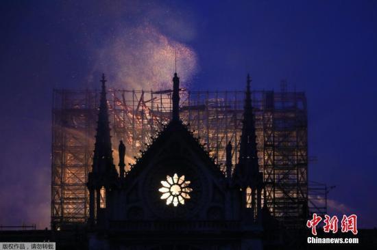 当地时间4月15日,法国著名的巴黎圣母院起火,俯瞰火灾现场,屋顶熊熊燃烧成火海。在大火中,大教堂著名的尖塔坠落,内部损伤严重。