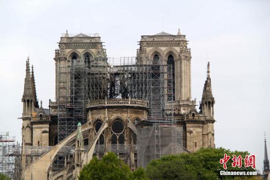 当地时间4月16日上午,法国消防部门宣布巴黎圣母院大火被完全扑灭。巴黎圣母院的大部分顶部被烧毁。4月15日晚,巴黎圣母院发生大火,持续燃烧数小时,数百名消防员全力扑救。<a target='_blank' href='http://www.chinanews.com/'>中新社</a>记者 李洋 摄