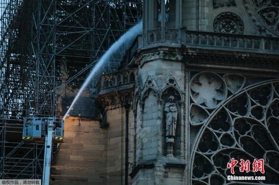 有法国当地媒体称,大火的起火点可能是顶部阁楼附近的脚手架。在起火时,圣母院部分建筑结构的修缮已进行数月,因此搭建有脚手架。