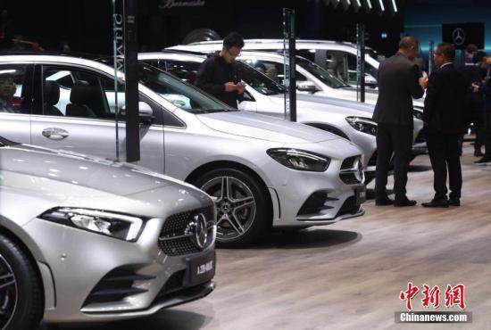 4月16日,第十八届上海国际汽车工业展览会在国家会展中心(上海)正式开幕,本届车展集中展示了世界汽车工业的创新发展成果,来自全球20个国家和地区1000余家知名车企齐聚上海,集中角力。上海车展首个媒体日,奔驰展位。张亨伟 摄