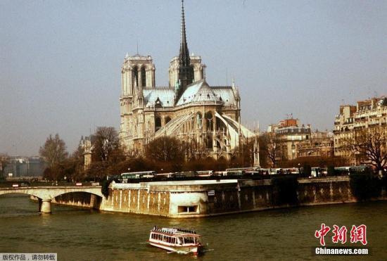 据悉,记者在现场听到民众轻声说了句法国人常说的话:Cest la vie(这就是生活)。