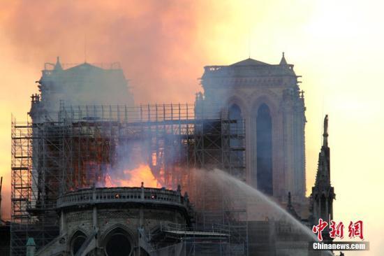 当地时间4月15日晚,法国首都巴黎的著名地标巴黎圣母院发生大火,受损严重。大批消防人员在现场进行扑救。<a target='_blank' href='http://www.chinanews.com/'>中新社</a>记者 李洋 摄