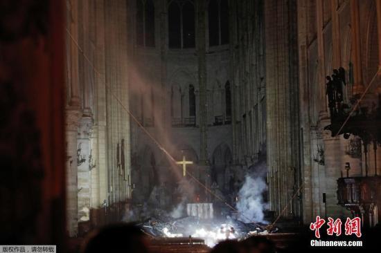 当地时间4月15日,法国巴黎圣母院大教堂内部继续燃烧着火焰和烟雾。据外媒报道,大教堂的一位发言人称,支撑教堂屋顶的木结构被火焰摧毁。当日,一场大火席卷巴黎市中心著名的巴黎圣母院大教堂的屋顶。据悉,教堂标志性的尖塔已被烧塌。