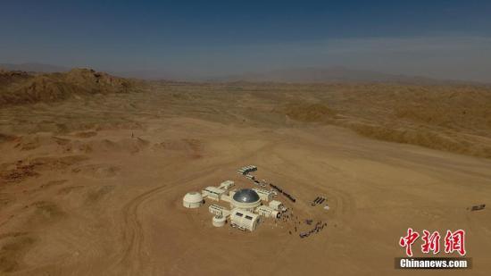"""""""移民火星""""一直都是各种科幻片中出现的经典场景。如果真的要在火星上生存,我们会面临什么问题呢?4月17日,中国首个根据真实航天逻辑打造的""""火星1号基地""""于甘肃金昌市开营。该基地整体规划面积67平方公里,核心建设区5平方公里,拥有总控舱、气闸舱、乘员舱、生物舱等九大舱体,民众可体验沉浸式火星主题的生活乐趣。艾庆龙 摄"""