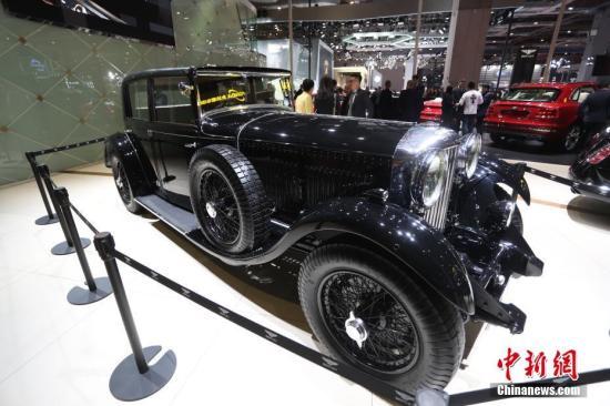 """宾利传奇""""老爷车""""8 Liter亮相现场。该车只在1930年生产过100台,存世极其稀少。 张亨伟 摄"""