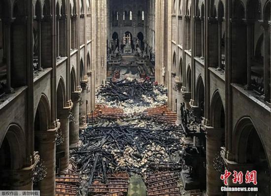 当地时间4月16日,法国消防部?#21028;?#24067;巴黎圣母院大火被完全扑灭。巴黎圣母院的大部分顶部被烧毁,屋顶出现一个大洞。火灾过后,大教堂内?#20811;?#22788;散落着烧焦的碎片。