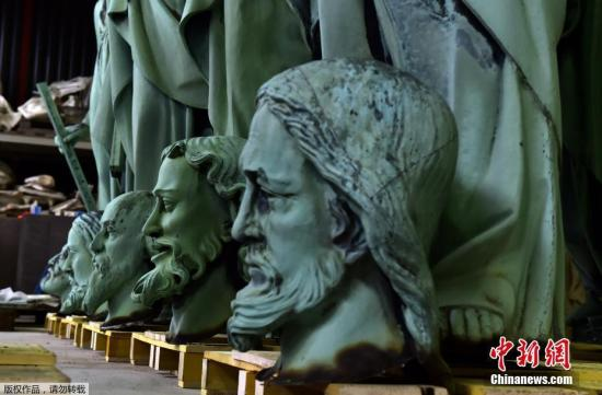 当地时间4月16日,逃离巴黎圣母院大火的16座雕像目前位于法国波尔多附近的马尔萨克苏岛的一所工作室内。