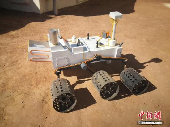 """""""移民火星""""一直都是各种科幻片中出现的经典场景。如果真的要在火星上生存,我们会面临什么问题呢?4月17日,中国首个根据真实航天逻辑打造的""""火星1号基地""""于甘肃金昌市开营。该基地整体规划面积67平方公里,核心建设区5平方公里,拥有总控舱、气闸舱、乘员舱、生物舱等九大舱体,民众可体验沉浸式火星主题的生活乐趣。韦德占 摄"""
