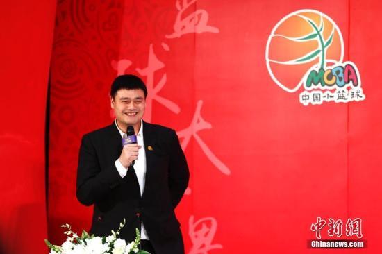 """4月18日,书画2019国际篮联篮球世界杯暨中国小篮球联赛启动仪式在北京举行。作为2019年国际篮联篮球世界杯的预热活动,""""书画世界杯""""旨在传播篮球文化、弘扬篮球精神,提升篮球世界杯影响力。邀请来自全国的6-12岁少年儿童为世界杯书写祝福,描绘愿景。中国小篮球联赛是一项根据少年儿童生理心理特点,使用小型篮球、球场以及球筐和球架,并专门制订符合12岁以下青少年特点的篮球比赛规则来开展的青少年篮球运动。图为中国篮协主席姚明致辞。<a target='_blank' href='http://www.chinanews.com/'>中新社</a>记者 富田 摄"""