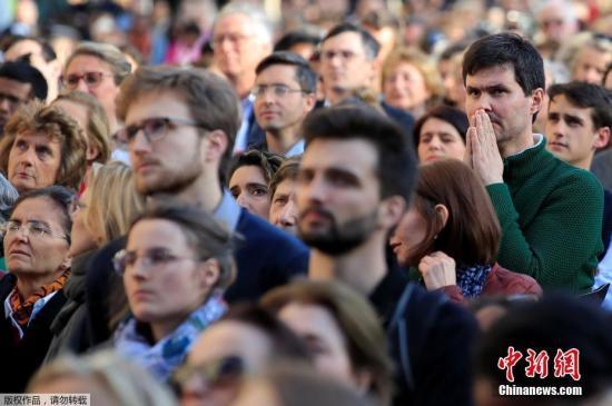 当地时间2019年4月17日,法国巴黎,巴黎圣母院大火后,民众前往圣叙尔皮斯教堂参加弥撒,为巴黎圣母院祈祷。