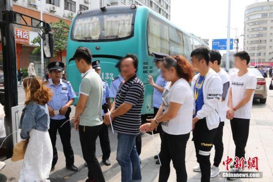 资料图:2019年4月18日,广西防城港警方对一售楼部进行突查,现场抓获涉传人员350人。中新社记者 覃俞盛 摄