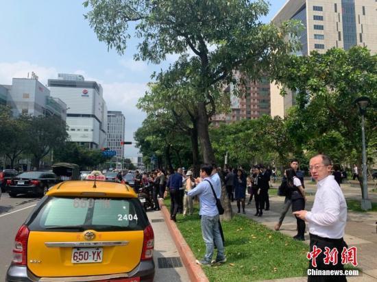 4月18日下午13时,台湾花莲县附近发生6.7级地震,震源深度24千米。信义区松仁路地表发生开裂,市民纷纷走上街头。图片来源:东方IC 版权作品 请勿转载