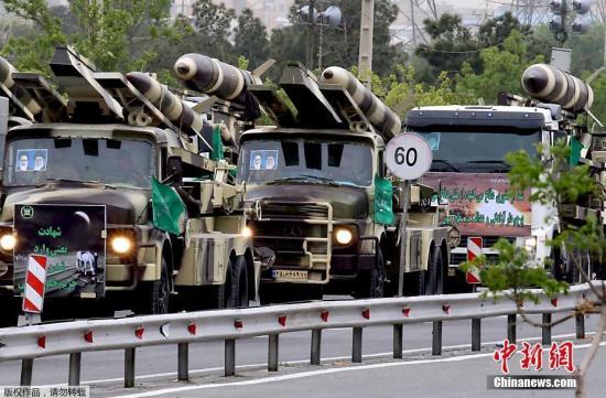 图为停放在路边的伊朗导弹车。