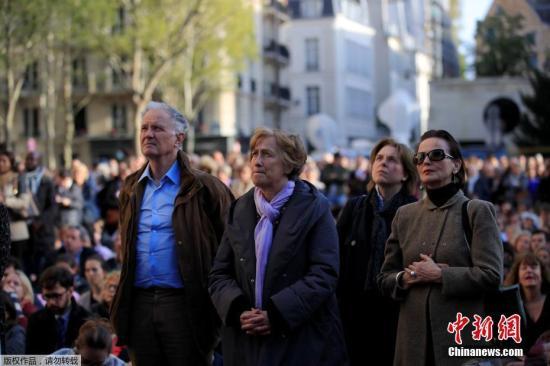 材料图@员天工夫2019年4月17日,法国巴黎,巴黎圣母院年夜水后,公众前去圣道我皮斯教堂参与弥洒,巴黎圣母院祷告。