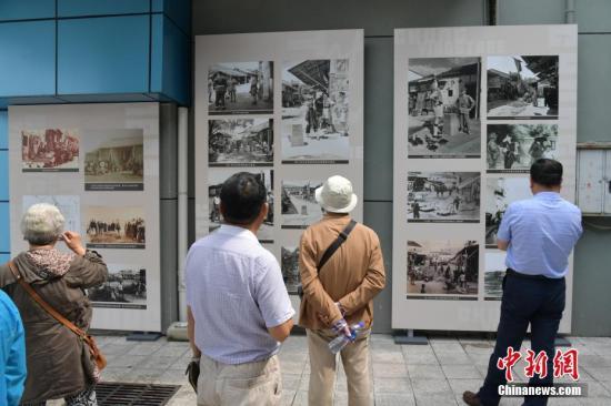 图为游客观看中英街历史图片展。中新社记者 陈文 摄