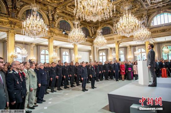 当地时间2019年4月18日,法国总统马克龙在爱丽舍宫接见参与巴黎圣母院火灾救援任务的消防员。