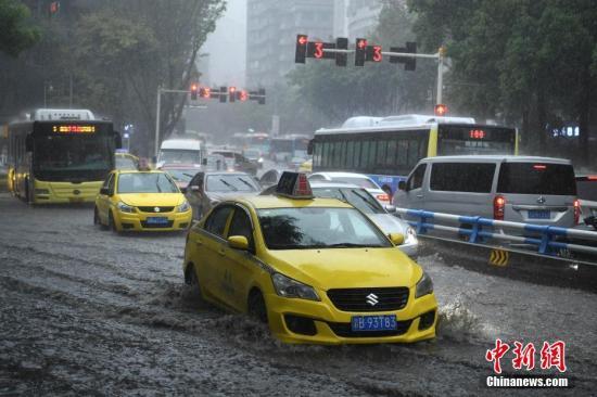 车辆缓慢通过积水路段。陈超 摄