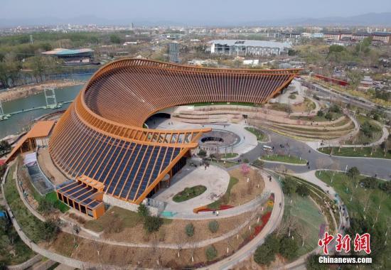 资料图:4月19日,无人机拍摄的北京世园会中国馆。中新社记者 侯宇 摄