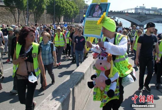 当地时间4月20日,巴黎再次发生大规模示威,并伴随暴力冲突。巴黎圣母院本周遭遇的大火,没有令示威者的步伐停止,有9000人参与当天的示威。数以千计示威者从贝尔西车站前往共和国广场。中新社记者 李洋 摄