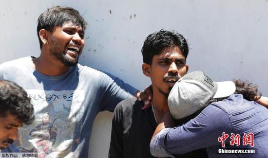 当地时间4月21日,斯里兰卡首都科伦坡发生多起爆炸事件,已致数百死伤。图为在爆炸中遇难者的家属站在封锁线外失声痛哭。