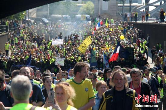 当地时间4月20日,巴黎再次发生大规模示威,并伴随暴力冲突。巴黎圣母院本周遭遇的大火,未能阻挡示威者的步伐,有9000人参与当天的示威。数以千计示威者从贝尔西车站前往共和国广场。<a target='_blank' href='http://www.chinanews.com/'>中新社</a>记者 李洋 摄