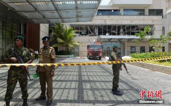 斯里兰卡多个教堂和高级酒店4月21日复活节当天发生爆炸,已造成数百人伤亡。目前尚无组织或个人宣称对爆炸案负责,斯里兰卡安全官员正展开调查,总理维克勒马辛哈谴责了系列爆炸案,召开紧急会议应对。图为斯里兰卡首都科伦坡发生爆炸的酒店已被封锁。