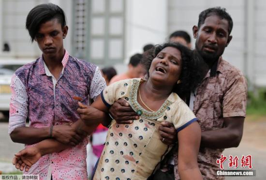 本地工夫4月21日,斯里兰卡都城科伦坡发作多起爆炸事,已致数百逝世伤。图正在爆炸中罹难者的家眷欣喜若狂。