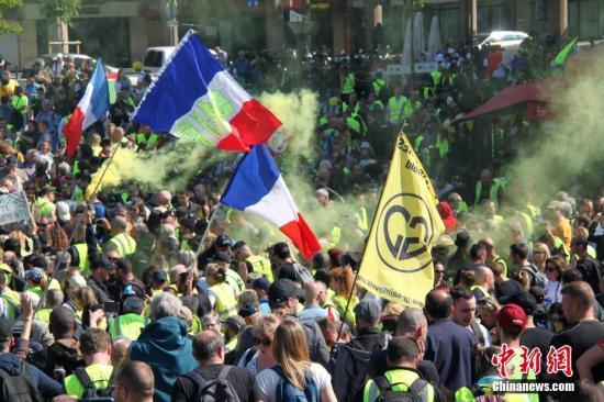 资料图:当地时间2019年4月20日,巴黎再次发生大规模示威,并伴随暴力冲突。巴黎圣母院本周遭遇的大火,未能阻挡示威者的步伐,有9000人参与当天的示威。数千名示威者在贝尔西车站集合,有人不断施放黄色烟雾,气味浓烈。<a target='_blank' href='http://www.chinanews.com/'>中新社</a>记者 李洋 摄