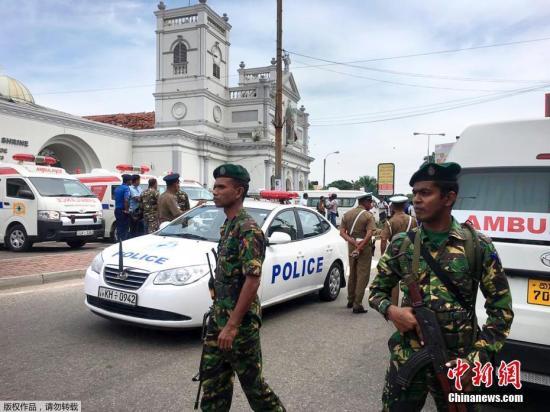 当地时间4月21日,斯里兰卡多地发生爆炸袭击,其中两座教堂在举行复活节仪式时发生爆炸。教堂爆炸已造成至少80人受伤。据斯里兰卡警方称,21日,包括首都科伦坡一所教堂在内的两座教堂发生爆炸,当时做礼拜的人正在参加复活节仪式。图为救护车在发生爆炸的教堂周边等待。