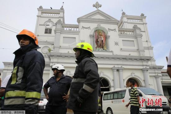 图斯里兰卡消防职员到达爆炸现场。