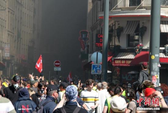 当地时间4月20日,巴黎再次发生大规模示威,并伴随暴力冲突。巴黎圣母院本周遭遇的大火,未能阻挡示威者的步伐,有9000人参与当天的示威。中新社记者 李洋 摄