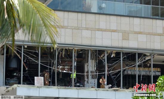 图为警方在斯里兰卡首都科伦坡发生爆炸的酒店进行调查。