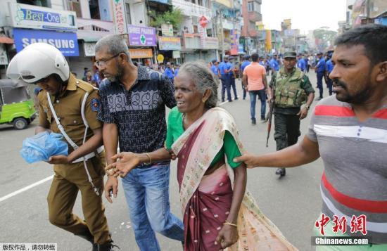 斯里兰卡民众被警方人员疏散。
