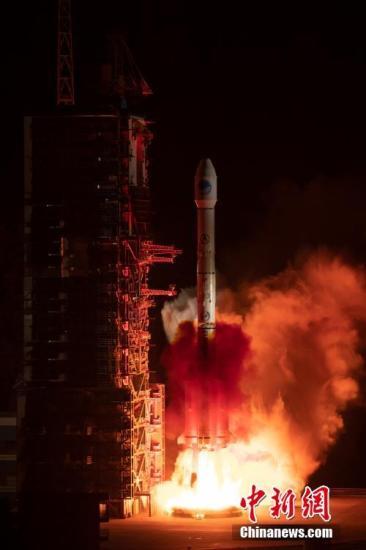 4月20日22时41分,中国在西昌卫星发射中心用长征三号乙运载火箭,发射第44颗北斗导航卫星。北斗卫星导航系统工程总设计师杨长风介绍称,此次发射的卫星是北斗三号系统第20颗组网卫星,属于北斗三号系统首颗倾斜地球同步轨道卫星。郭超凯 摄