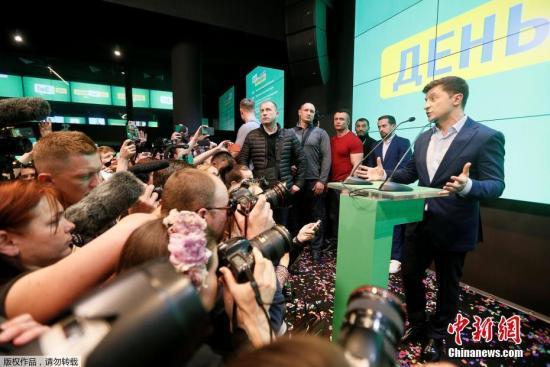 4月21日,在乌克兰首都基辅泽连斯基竞选总部,乌克兰总统候选人、演员泽连斯基发表讲话。乌克兰总统选举第二轮投票21日结束,出口民调显示乌著名演员泽连斯基得票率大幅领先。分析人士说,泽连斯基赢得总统选举已无悬念。