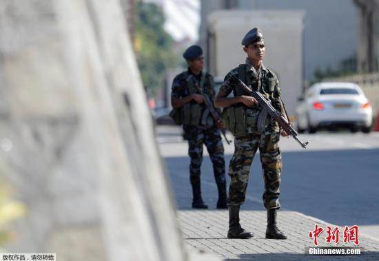 别的,当全国午,斯里兰卡再传出一家旅店战一所平易近宅发作爆炸当丙息。图 斯里兰卡戏诵爆炸第两天,圣安东教堂(St. Anthonys Shrine)中保卫威严。