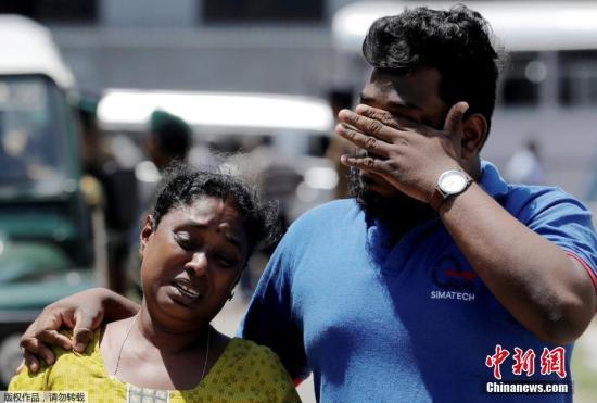 当地时间2019年4月22日,斯里兰卡系列爆炸袭击发生第二日,当地民众赴医院认领亲属遗体,与此同时,不少民众聚集在爆炸发生地之一的圣安东尼教堂外围观祷告。