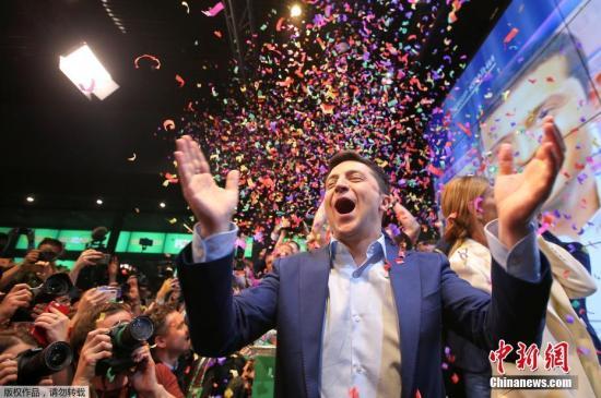 资料图:当地时间4月21日,在乌克兰首都基辅泽连斯基竞选总部,乌克兰总统候选人、演员泽连斯基与团队成员和支持者共同庆祝。乌克兰总统选举第二轮投票21日结束,出口民调显示乌著名演员泽连斯基得票率大幅领先。分析人士说,泽连斯基赢得总统选举已无悬念。