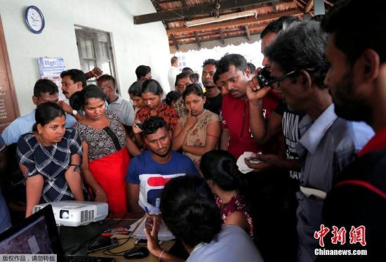 当地时间2019年4月22日,斯里兰卡系列爆炸袭击发生第二日,当地民众赴医院认领亲属遗体。
