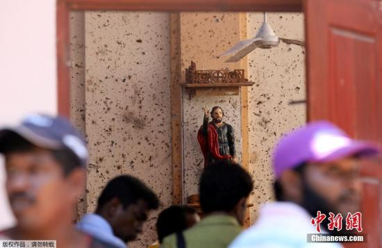 当地时间4月22日,当地工作人员在受袭教堂处理后续事宜。据报道,4月21日复活节当天,斯里兰卡发生连环炸弹爆炸案,3座教堂和4家酒店先后遇袭,另有一所民宅在警方进入搜查时发生爆炸。至今,连环爆炸已夺走290条人命,另有超过500人受伤。