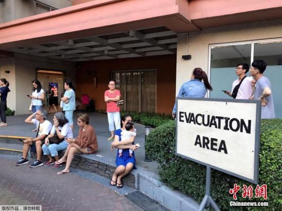 当地时间4月22日,菲律宾发生地震,马卡蒂市民众纷纷撤出建筑物,走上街头避难。据美国地质勘探局网站消息,北京时间22日17时11分许,菲律宾吕宋岛中部发生6.3级强地震,震源深度40.2千米。